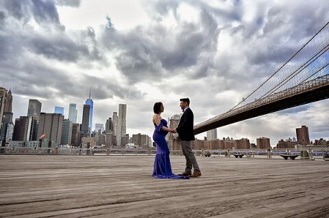 maternity portrait session by Manhattan bridge NYC
